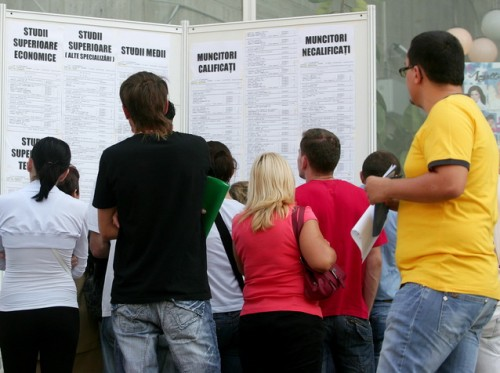Tineri absolventi consulta listele cu posturi disponibile, inainte de a intra la Bursa Locurilor de Munca pentru Absolventi, organizata de Agentia Municipala pentru Ocuparea Fortei de Munca Bucuresti (AMOFM), in Bucuresti, vineri, 25 septembrie 2009.