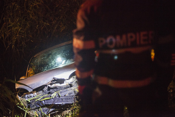 Doi barbati care se aflau intr-un Opel au ajuns la spital dupa ce soferul a pierdut controlul volanului si a intrat intr-un sant pe strada Rudolf Walter din Timisoara 16.10.2014 ©Cornel Putan