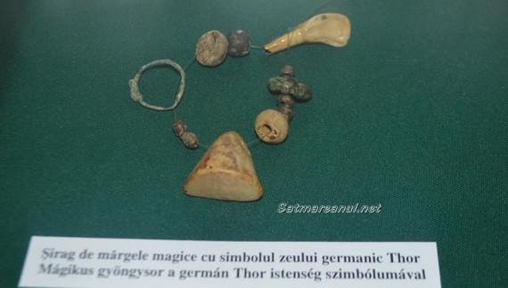 Șirag de mărgele magice cu simbolul zeului Thor, descoperit în județul Satu Mare