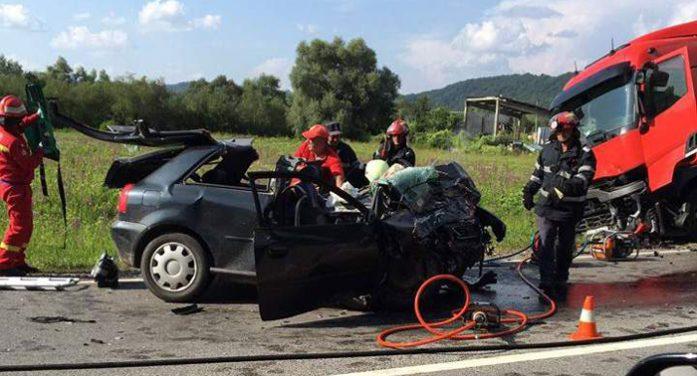 Un tânăr din Satu Mare a murit după ce s-a izbit cu mașina de un TIR (Foto&video)