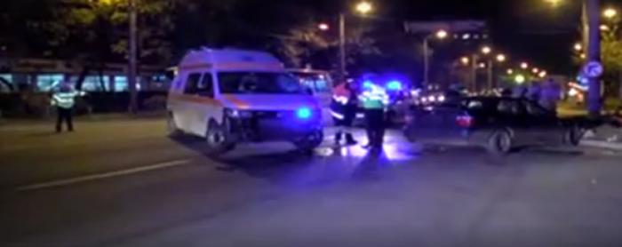 Ambulanță implicată într-un accident. Vezi ce s-a întâmplat