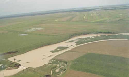 Zeci de hectare de teren agricol inundate