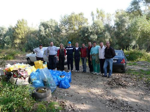Peste 30 de saci de gunoaie adunaţi în 2 ore