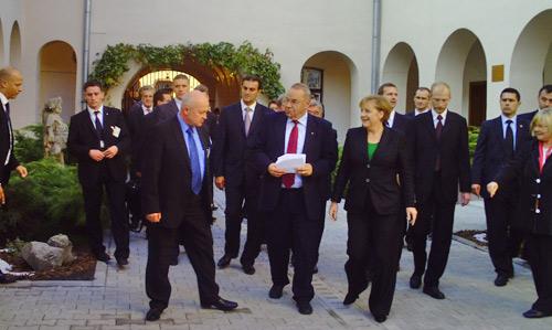 """Inaugurare """"ca la carte"""" în cadrul vizitei pentru posteritate a Angelei Merkel la Cluj"""