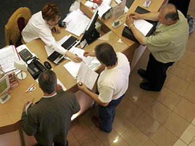 Un sfert din români sunt cu datorii la bănci