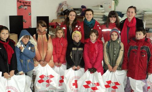 Cadouri pentru copiii nevoiaşi de la Crucea Roşie