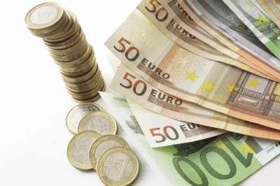 Estul ezită adoptarea monedei euro, cu excepţia României