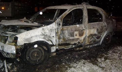 S-a supărat pe poliţie şi le-a dat foc la maşină