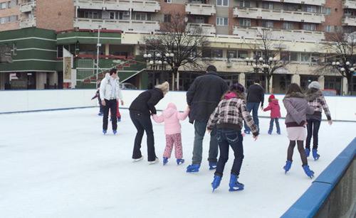 Distracţie la maxim pe patinoarul din centru