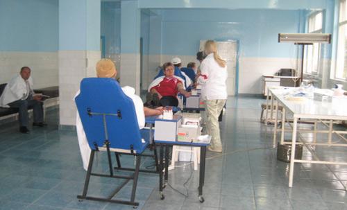 Tot mai mulţi donatori de sânge