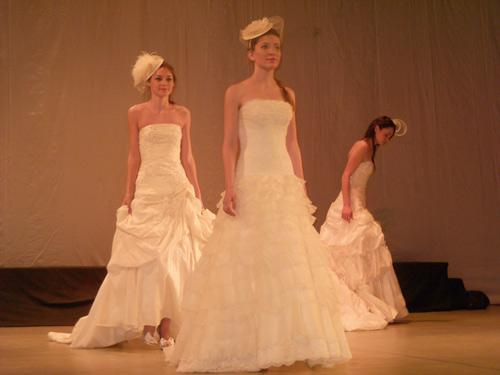 """Paradă cu rochii de mireasă la final de""""Art Mariage"""""""