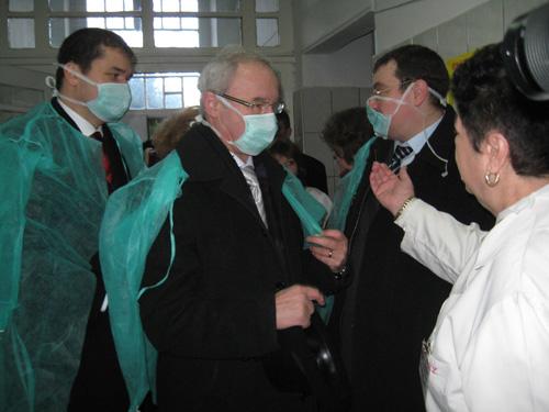 Automate pentru măşti şi botoşei de protecţie, la Spitalul Judeţean