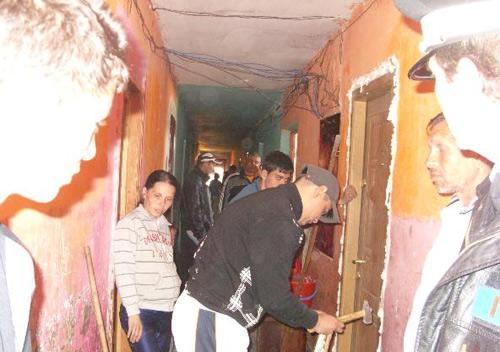 Trei familii evacuate din locuinţe