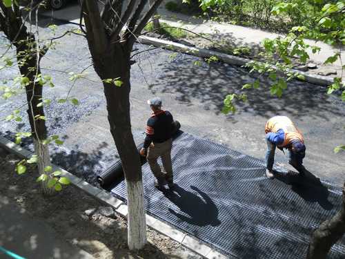 Continuă lucrările de reparaţii la străzile din cartiere