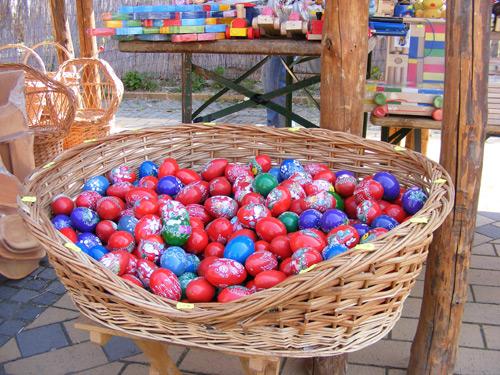 Ouă colorate şi coşuleţe pascale în centrul Sătmarului