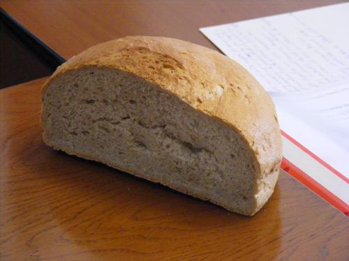 Cosmetice fără etichete şi pâine necoaptă