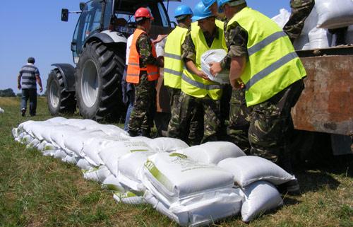 Filmul unei intervenţii în caz de inundaţii majore
