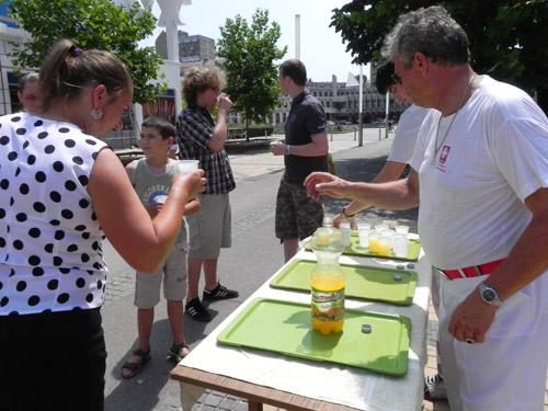 Băuturi răcoritoare gratuite, pe stradă