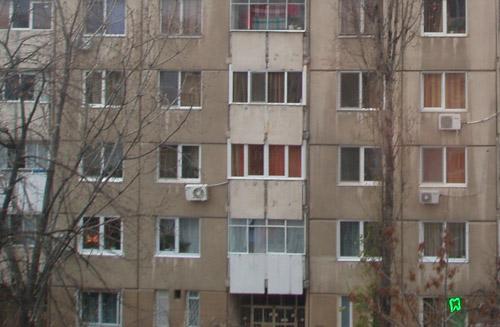 S-a aruncat de la etajul IV al unui bloc