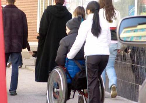 Salarii înjumătățite pentru 253 de asistenți personali ai persoanelor cu handicap