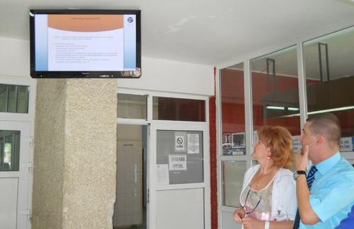 Monitoare de informare în holuri și televizoare în saloane, la Spitalul Județean
