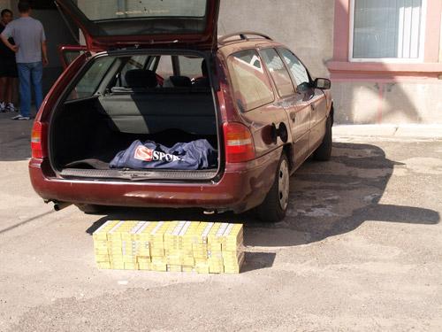 500 pachete de țigări descoperite într-o mașină