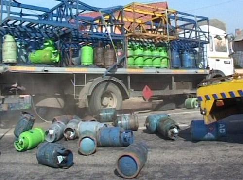 Un camion plin cu butelii s-a răsturnat la Dorolț