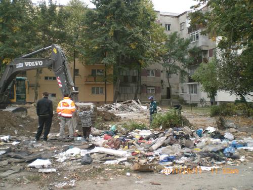 Zece tone de deșeuri, după demolarea garajelor