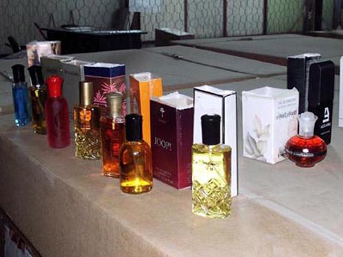 Parfumuri, sticle cu vin și poșete fără documente