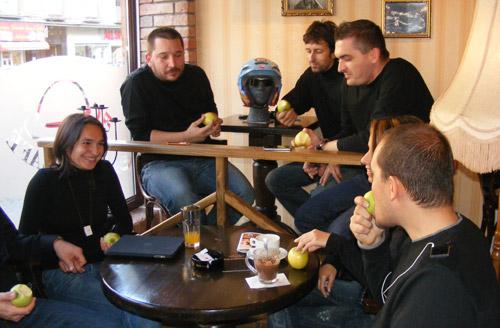 Steve Jobs Day cu mere şi cafea fierbinte