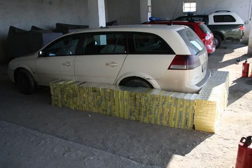 5.000 pachete de țigări descoperite într-o mașină