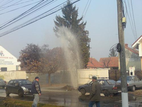 Conductă de apă spartă pe strada Liviu Rebreanu