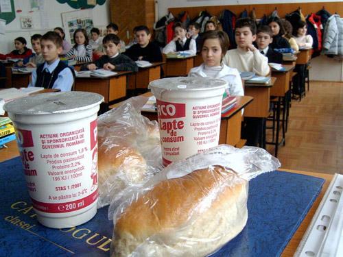 S-a rezolvat: şcolarii şi preşcolarii vor avea şi corn lângă lapte!
