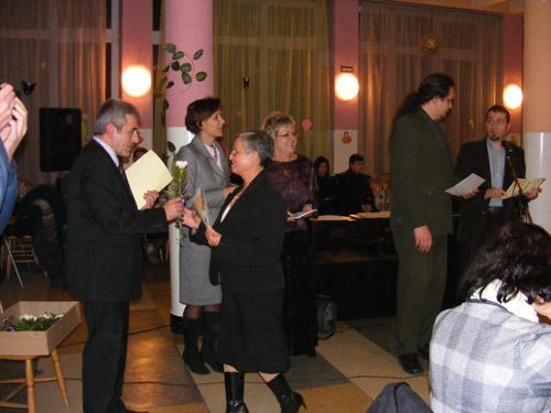 Diplome de onoare şi flori, pentru o viaţă în slujba învăţământului