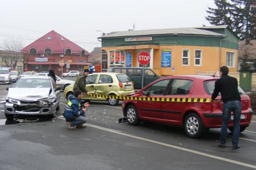 Trei maşini buşite într-un accident de lângă Piaţa mare