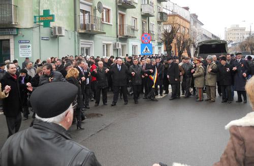 Hora Unirii fără opoziţie în faţa statuii lui Alexandru Ioan Cuza