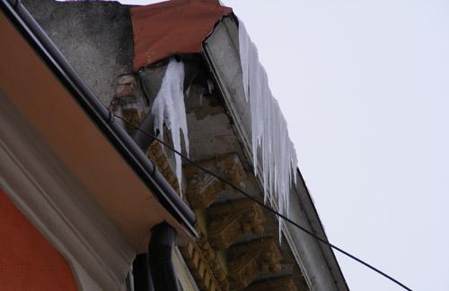 Atenţie la zăpada şi gheaţa de pe acoperişuri!