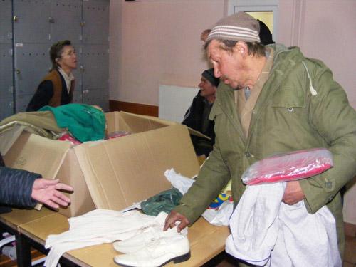 Îmbrăcăminte și pantofi pentru sărmanii de la Adăpostul de noapte
