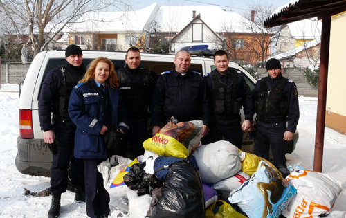 20 saci de haine donaţi oamenilor străzii de jandarmii sătmăreni