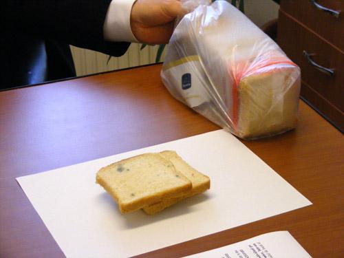 """Pâine cu iz de """"penicilină"""" într-un supermarket din Satu Mare"""