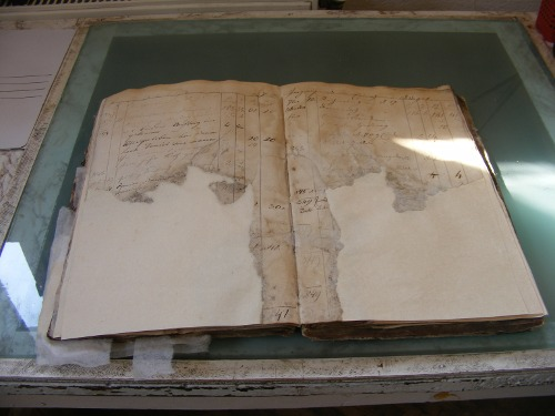 Restauratorul de cărți – chirurgul plastician al documentelor vechi