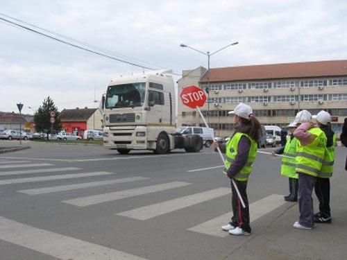 Micii poliţişti au dirijat azi circulaţia