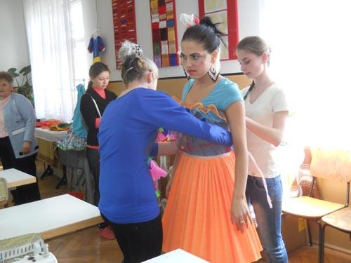 Machiaj, coafură, manichiură şi modă – într-un concurs pentru elevi, la Satu Mare
