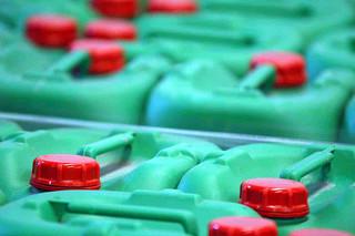 UPDATE: Peste 5 tone de pesticide găsite într-o groapă acoperită cu pământ