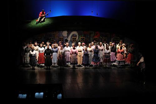 """""""Scripcarul pe acoperiş"""" – în deschiderea Festivalului de Teatru """"Fără Bariere"""""""