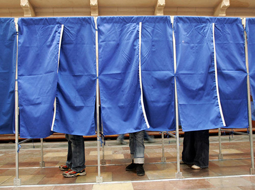 Românii nu vor să meargă la referendumul pentru revizuirea Constituţiei
