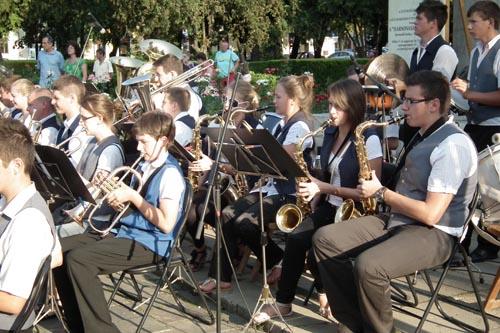 Fanfarele din Petreşti şi Căpleni cântă în parcul din centru