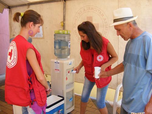 Organizațiile Caritas și Crucea Roșie distribuie apă sătmărenilor