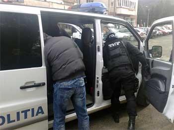 Perchezii la locuințele unor traficanți de droguri