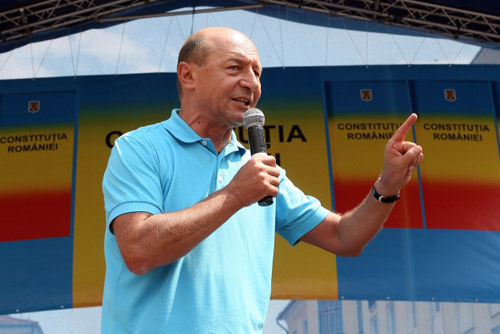 Băsescu reclamat de PNL la BEC